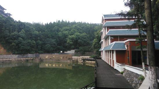 在白兆山风景区脚下,毗邻景区大门,紧靠翰林湖,临湖山居酒店.