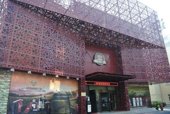 第一就是酒店的大门做成红酒的橡木桶形状