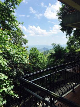 酒店位于莫干山景区的中心位置,除了大坑景点外,其他几个关键的景点走