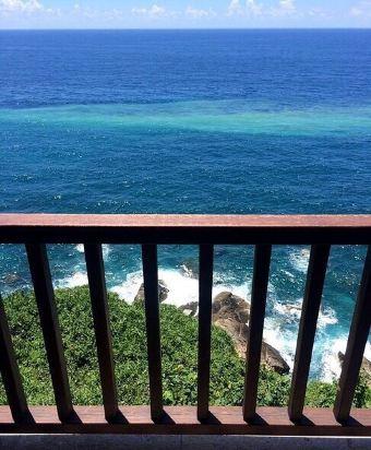 比起蜈支洲岛,分界洲岛的海水更清澈,色彩也更漂亮,尤其是悬崖餐厅的