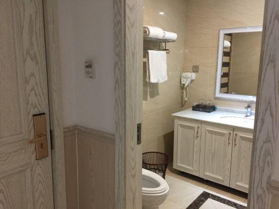 房卡,按楼层,前台服务态度还不错,房间相对比较干净,家具是欧式风格的