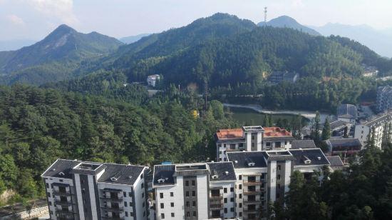 酒店真心不错,位子在薄刀锋风景区对面,很近,走过去100米就可以上