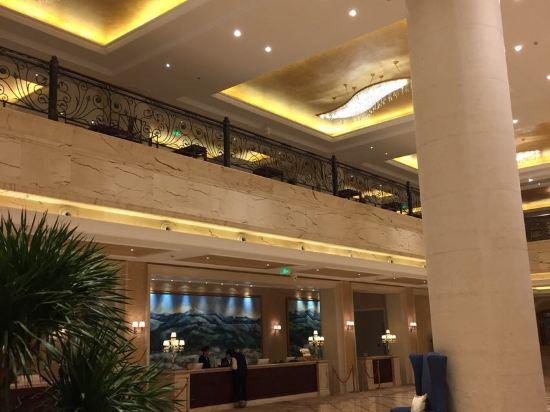 酒店回复:2016-02-14 亲爱的宾客,您好。感谢您选择入住黑龙江太阳岛花园酒店。非常荣幸您对我们的认可,我们会不断完善服务,以尽善尽美的欧式风格服务,为您打造睿智奢华的入住体验。酒店坐落在哈尔滨市松北区太阳岛西区南侧,风景秀丽、气候怡人。紧邻闻名全国的冰雪大世界,冬天冰雪节期间让您切身感受到近距离观赏冰雕、雪雕的便利。夏季美景如画紧邻太阳岛风景区,让您置身大自然美景的同时更感受到我们花园酒店的贴心服务,距离中央大街仅11分钟车程,距离火车站、哈尔滨西站仅20分钟车程,距离哈尔滨太平国际机场40分钟,