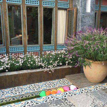 鲜明的地中海装修风格,遍地鲜花的院子,在丽江三千余客栈中也算得独具