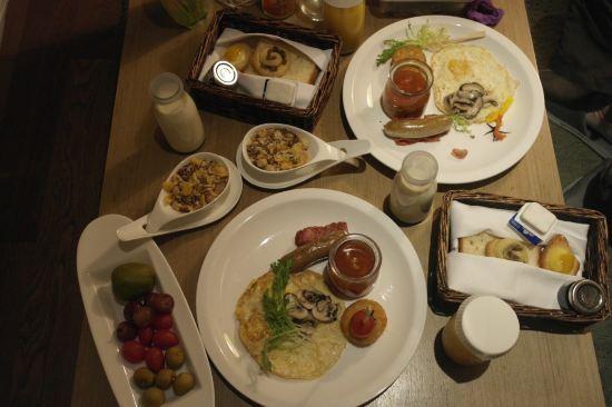 师傅人很热情,贴心介绍景点;早班飞机要离开杭州,早餐需要很早使用