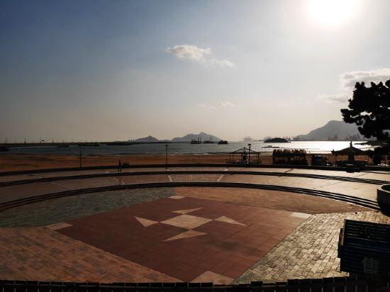 连云港神州宾馆曾经是海滨度假区这一带最好的酒店,由于建了连接东西
