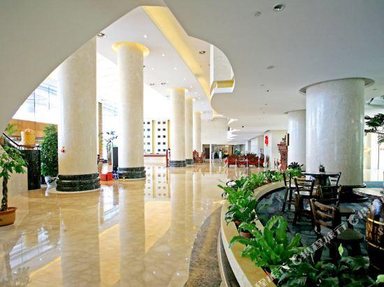 威海铂丽斯国际大酒店 位于威海经济技术开发区交通枢纽位置,地理位置十分优越,整座大厦设计新颖,呈拥抱的姿态,是威海市的标志性建筑之一。 客房设计各式装饰考究,格调优雅的房间两百余套。 餐饮设有各类中式、西式豪华宴会厅30余间。 康乐设有桑拿房、健身房、KTV包房等康娱设备,五楼天台设有空中网球场,令您足不出户,即可享受动与静的休闲乐趣。 会议中心各类会议室8个,面积达700平米的零柱子多功能厅可同时容纳400人的圆桌宴会或500人的大型会议。 停车位酒店配套的广场车位200余个,为您的驾车出行提供安全的停