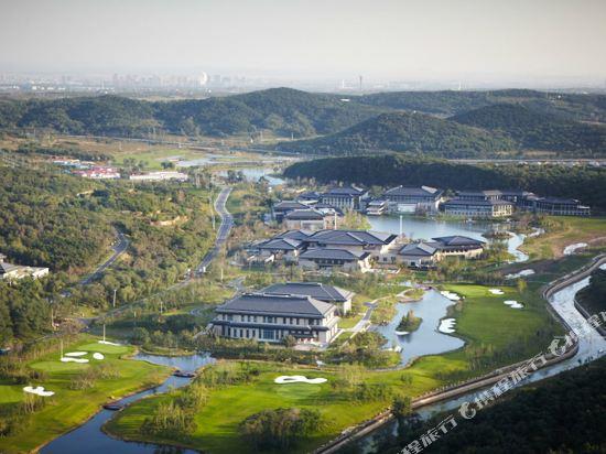 酒店位于国家4a级风景旅游区——沈阳棋盘山风景区境内.