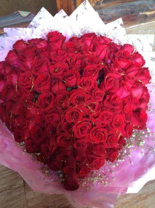 老公偷偷和老板沟通,把房间布置的格外的温馨,有玫瑰花,心形的杯子图片