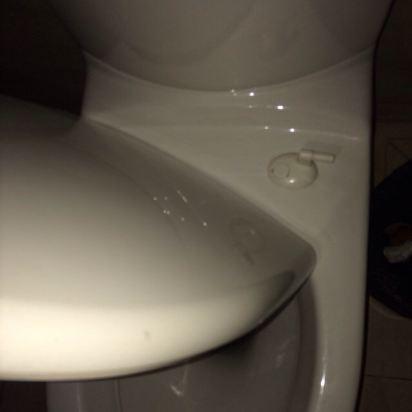 一个洗手间的马桶盖和马桶圈是掉下来的