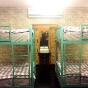 床與河濱酒吧睡眠青年旅舍