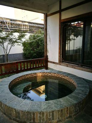 非常棒的温泉别墅,直接住在露天温泉里,位置很隐秘,?#26408;?